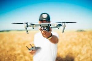 Homme portant un drone