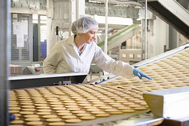 femme sur une chaine de production usine agroalimentaire