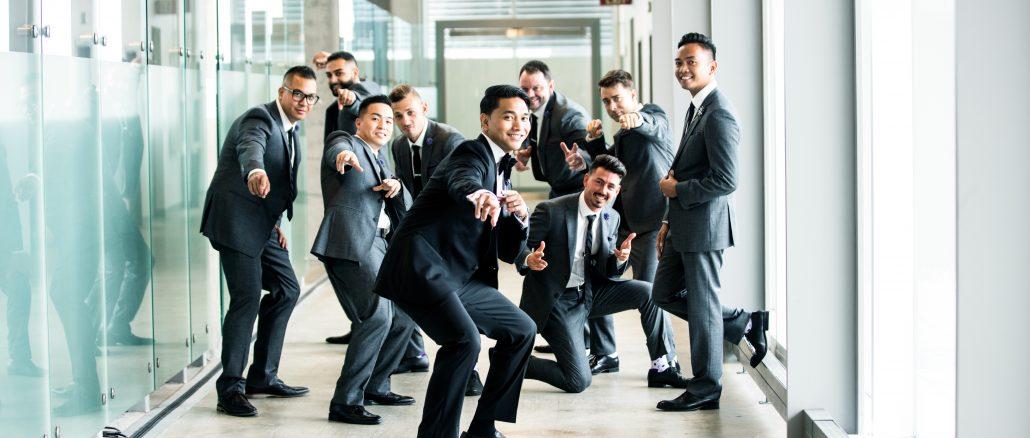 Jeunes cadres en costume dans un couloir de l'entreprise en train de poser