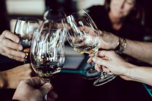 Convives en train de trinquer avec des verres d'alcool