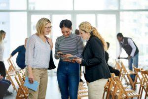 Trois femmes en train de discuter lors d'une rencontre professionnelle