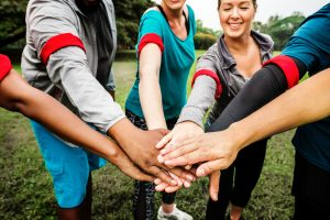 6 personnes forment une équipe et joignent les mains