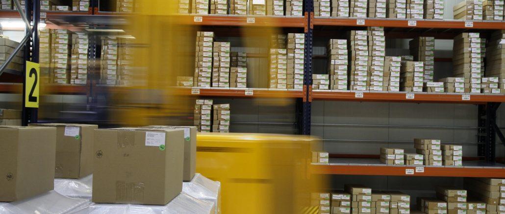 Entrepôt de stockage qui contient des étagères avec des colis
