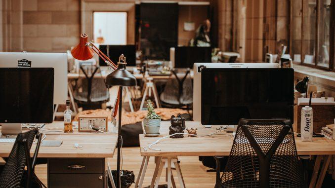 Bureaux dans une entreprise sur lesquels sont posés des écrans d'ordinateurs
