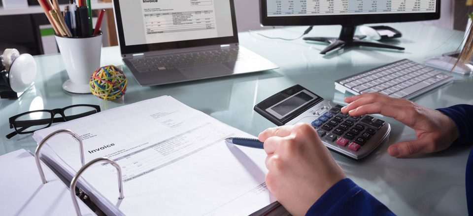 Expert comptable qui gère des factures dématérialisées