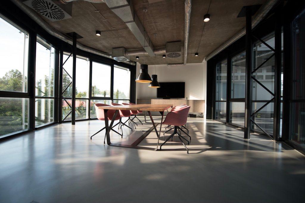 Salle de réunion design minimaliste