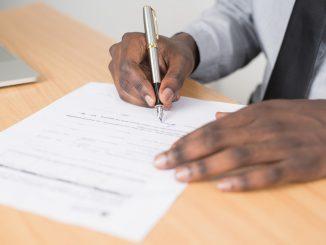 personne en train de signer un contrat