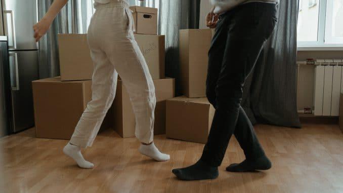 Employés qui célèbrent le déménagement de leur entreprise